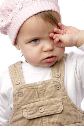 enfant qui se frotte les yeux