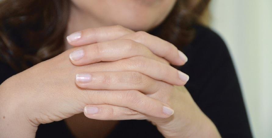 signification mains croisés langage du corps